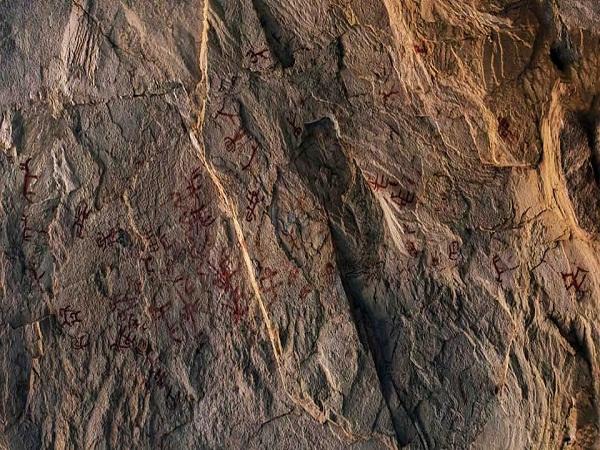 وزارة السياحة والآثار: الانتهاء من توثيق نقوش أثرية ملونة عثر عليها بكهف أثري بجنوب سيناء