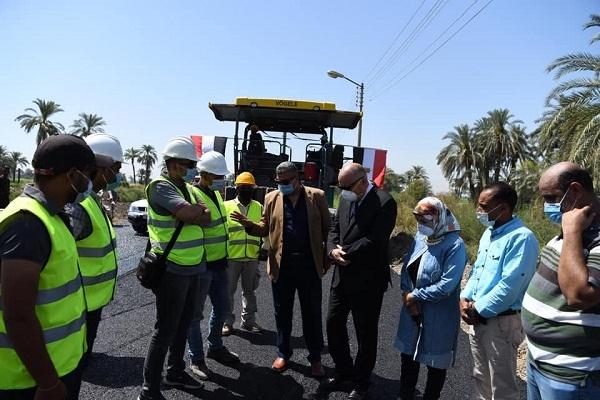محافظ قنا : بدء أعمال رصف طريق قنا – الأقصر الزراعي الغربي