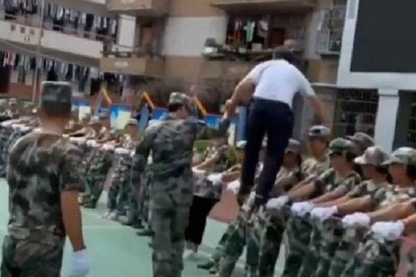 تدريبات مدهشة لطلاب المدارس العسكرية في الصين (فيديو)