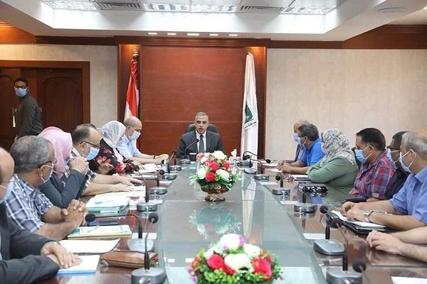 محافظ سوهاج يعقد اجتماعًا مع وحدة التنفيذ المحلية لمشروعات برنامج تنمية صعيد مصر