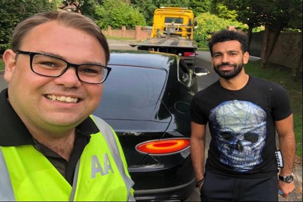 """الخدمات المرورية البريطانية تنقذ """"صلاح"""" بعد تعطل سيارته"""