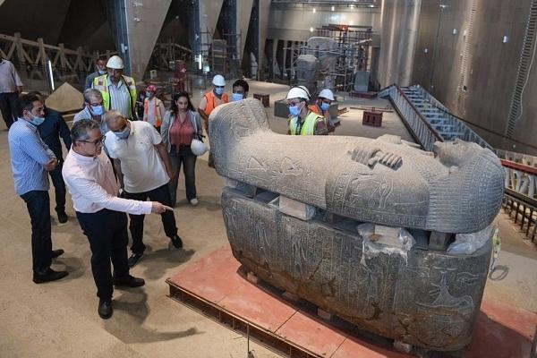 جولة تفقدية لوزير السياحة والآثار بقاعات العرض بالمتحف المصري الكبير