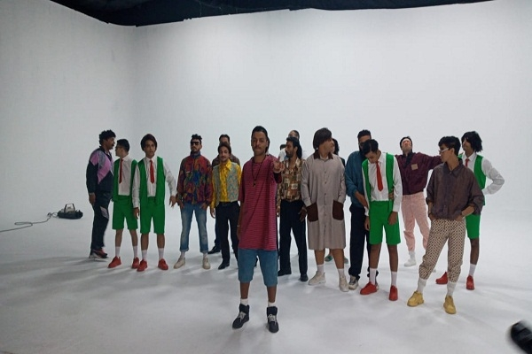 """""""أوكا"""" يبدأ تصوير أحدث أغانيه بعنوان """"أتدلع ١٩٩١"""""""