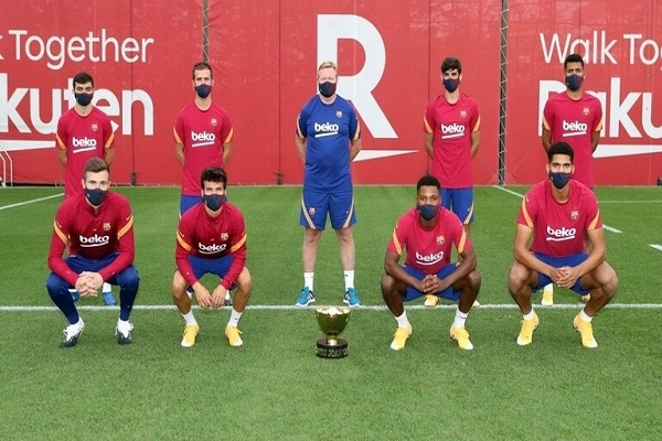 لاعبو برشلونة يتصورون مع كأس قبل يوم من المنافسة عليها